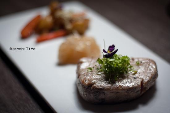 Steak de atún marinado con mermelada de cebolla crujien (1)