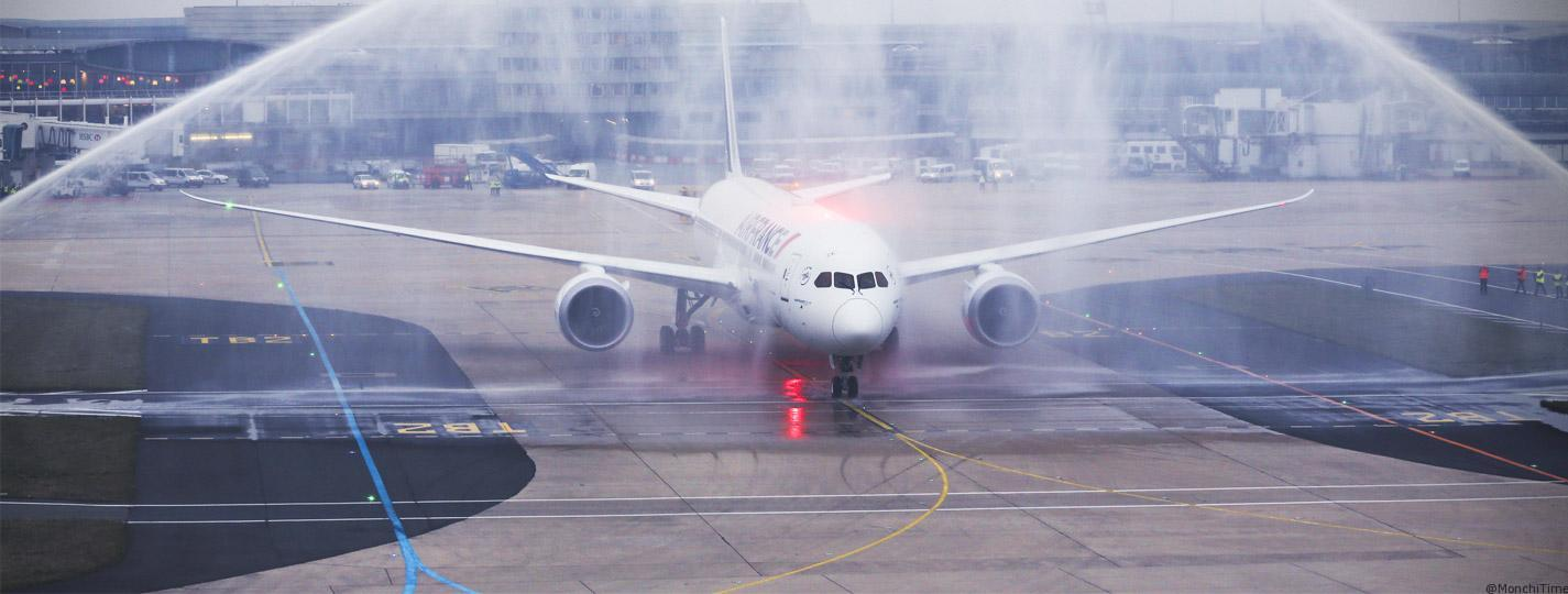 une_787_water_salute